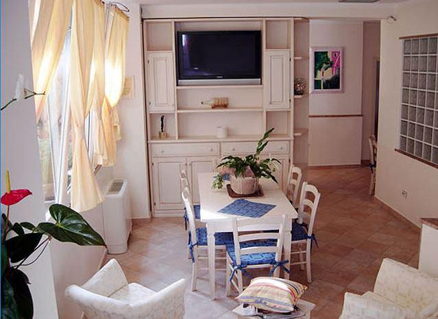 Dipingere un soggiorno piccolo e farlo sembrare ampio for Dipingere soggiorno