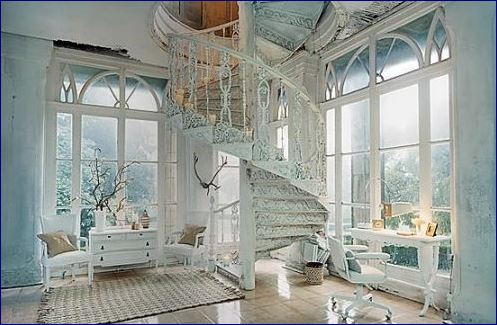 La scala shabby chic una tendenza vintage raffinata for Scala in legno shabby