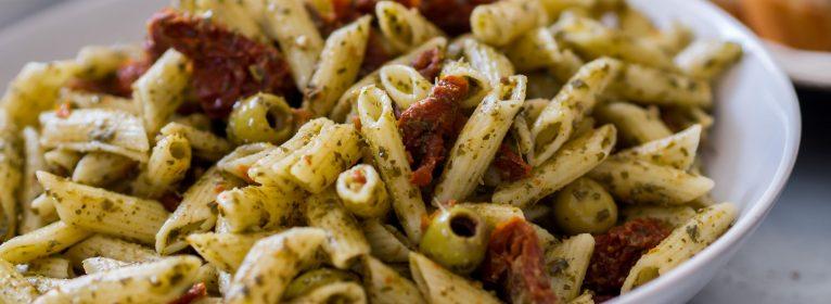 Pasta alle melanzane – rughetta e formaggi – ricetta della domenica