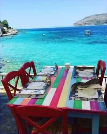 Riciclare  tavolo e sedie con colori vivaci e fantasia