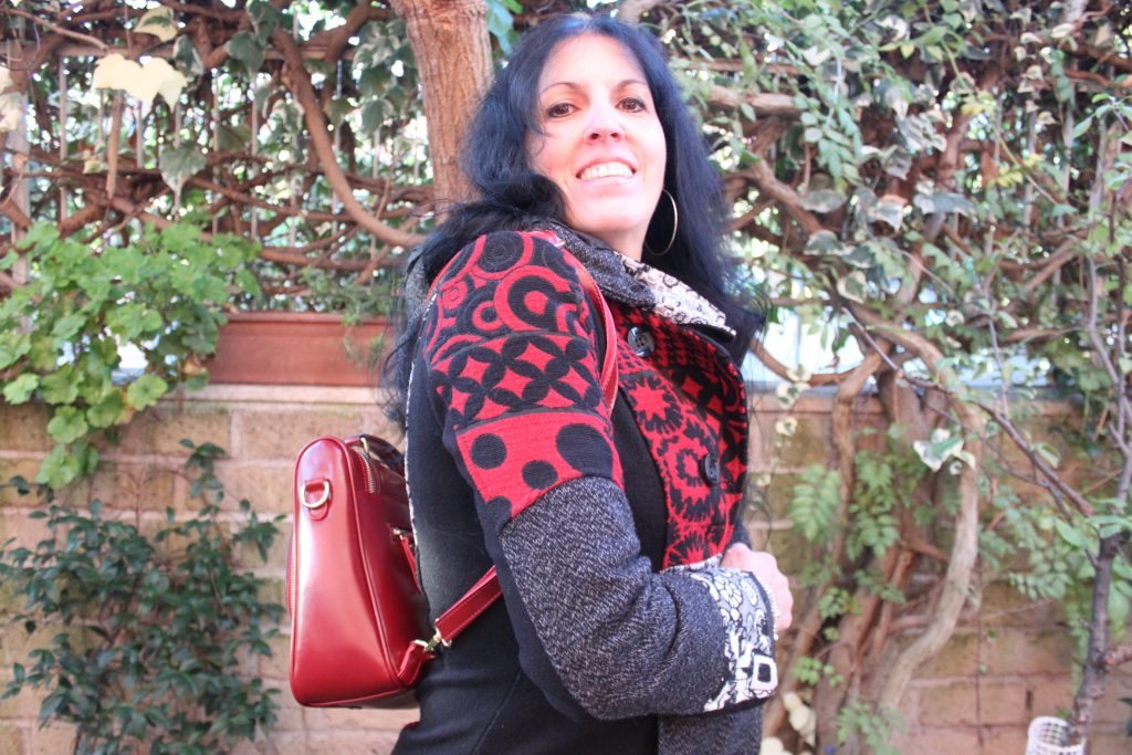 Borsa rossa Somay e cappotto Smash look of the day