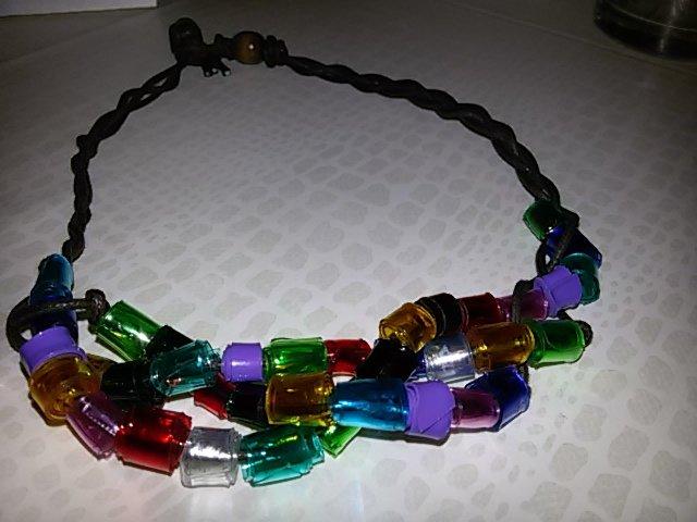 Collana multicolore in plastica riciclata