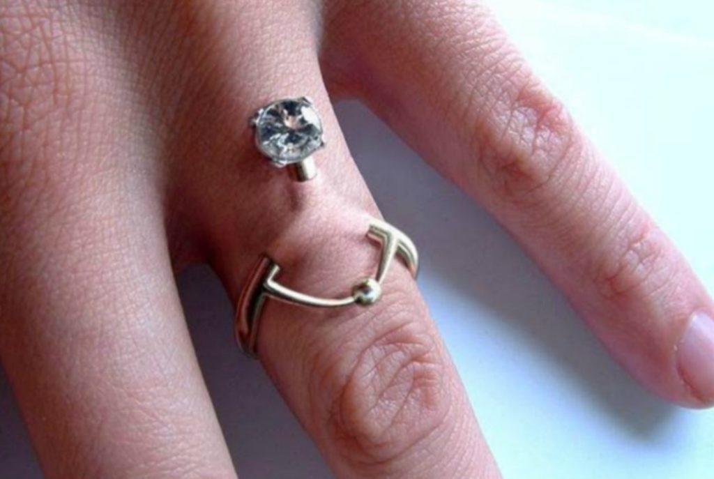 L'anello di fidanzamento ora diventa Finger Piercing un'alternativa moderna