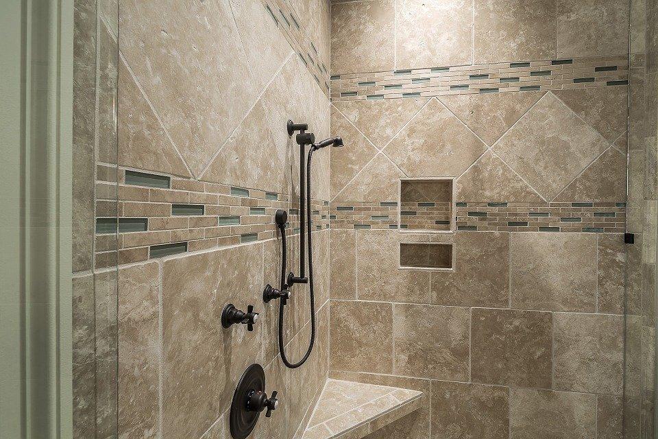 Come scegliere rivestimenti e piastrelle per un bagno moderno