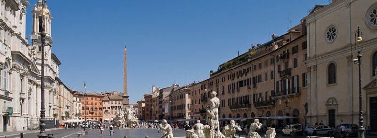 La Befana a Roma Piazza Navona si veste di bancarelle e artisti di strada