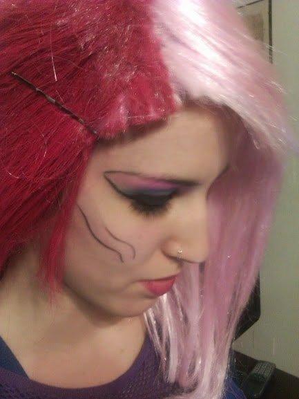 Colorazione capelli rosa e viola tendenze giovani