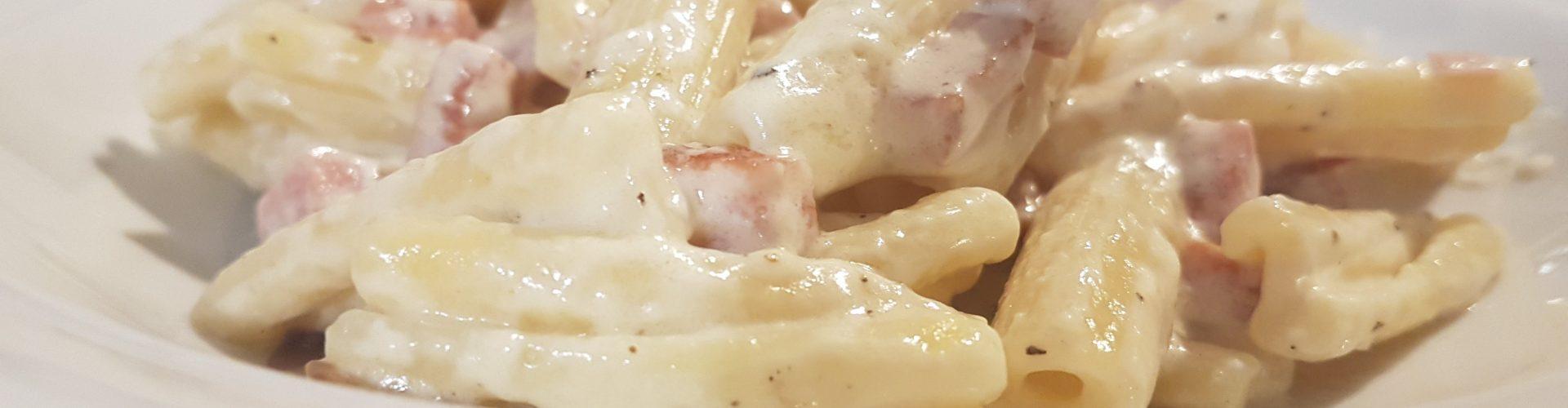 Pasta profumata al prosciutto cotto, panna ed erbette