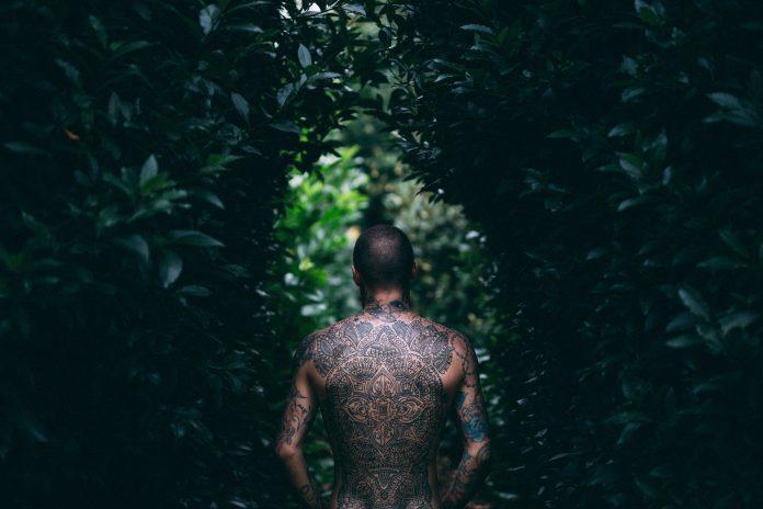tatuaggio maori schiena