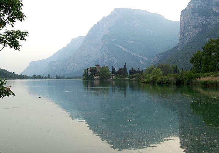 Lago e castello del Toblino