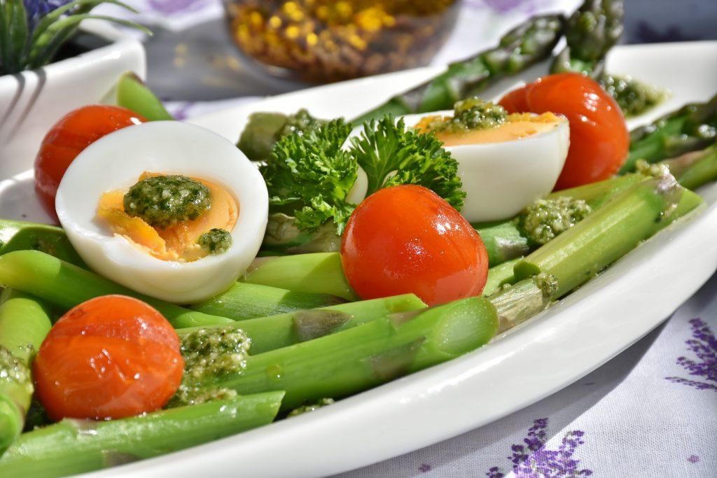 5 contorni sfiziosi estivi e veloci: asparagi, pachino e uova sode