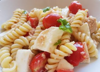 Pasta fredda colorata con pomodorini