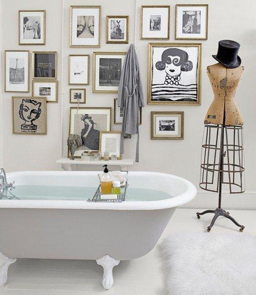 Parete bagno con quadri