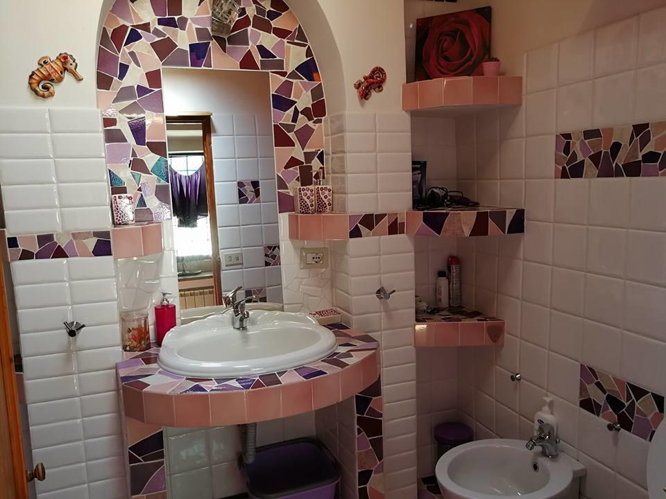 Bagno con decorazione a mosaico grande