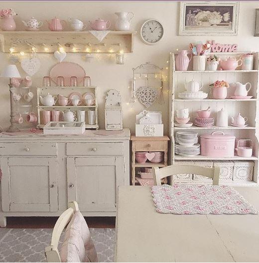 Cucina shabby chic in rosa e bianco