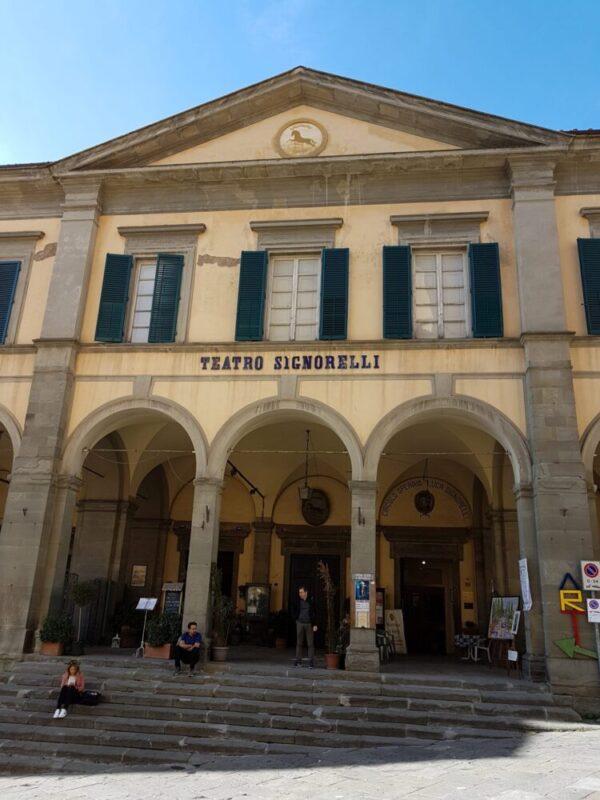Facciata esterna teatro Signorelli