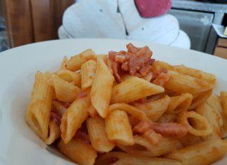 Pasta al sugo con speck primo piatto veloce