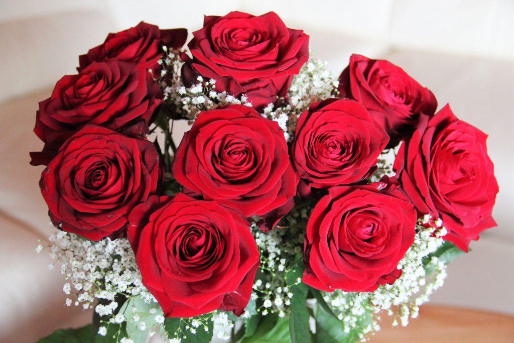 Bouquet di rose rosse e rose stabilizzate