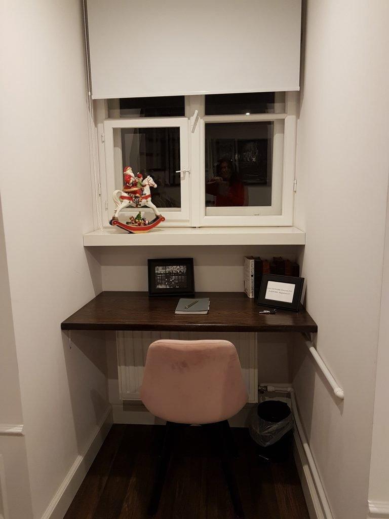 Scrivania ordinata angolo ufficio in casa