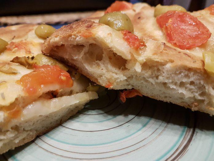 Focaccia morbida con lievito madre, olive e pachino
