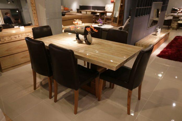 tavolo e sedie ingombro
