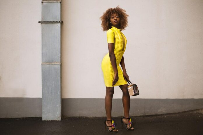 Abito giallo abbronzatura