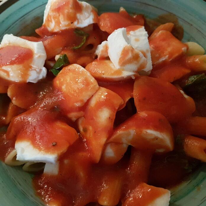 Pasta semplice e veloce con pomodoro, mozzarella e basilico