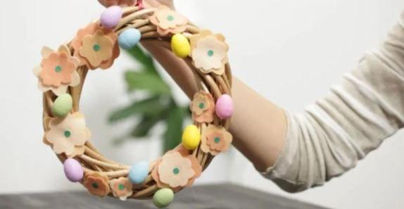 Ghirlanda di Pasqua con cerchio in legno e feltro