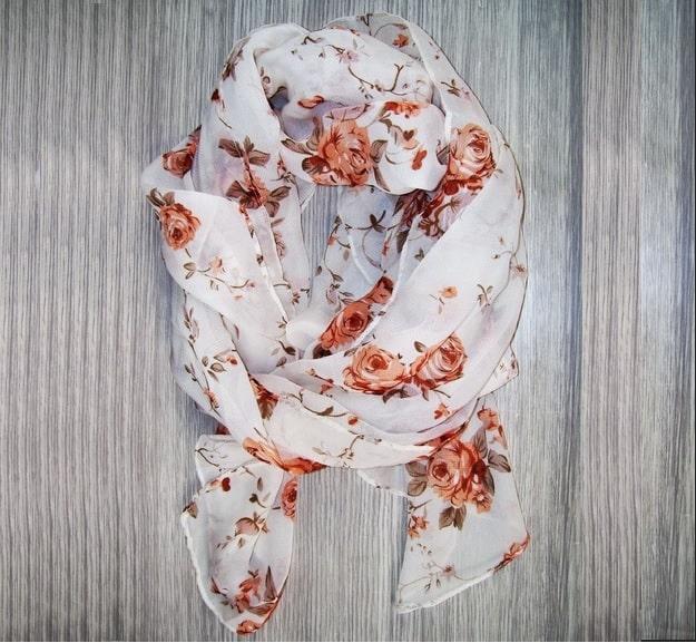Come indossare un foulard piccolo o grande in modo chic o sportivo