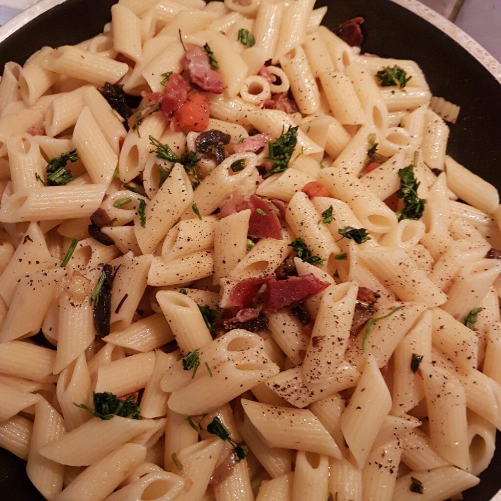 Pasta veloce con speck, funghi ed odori